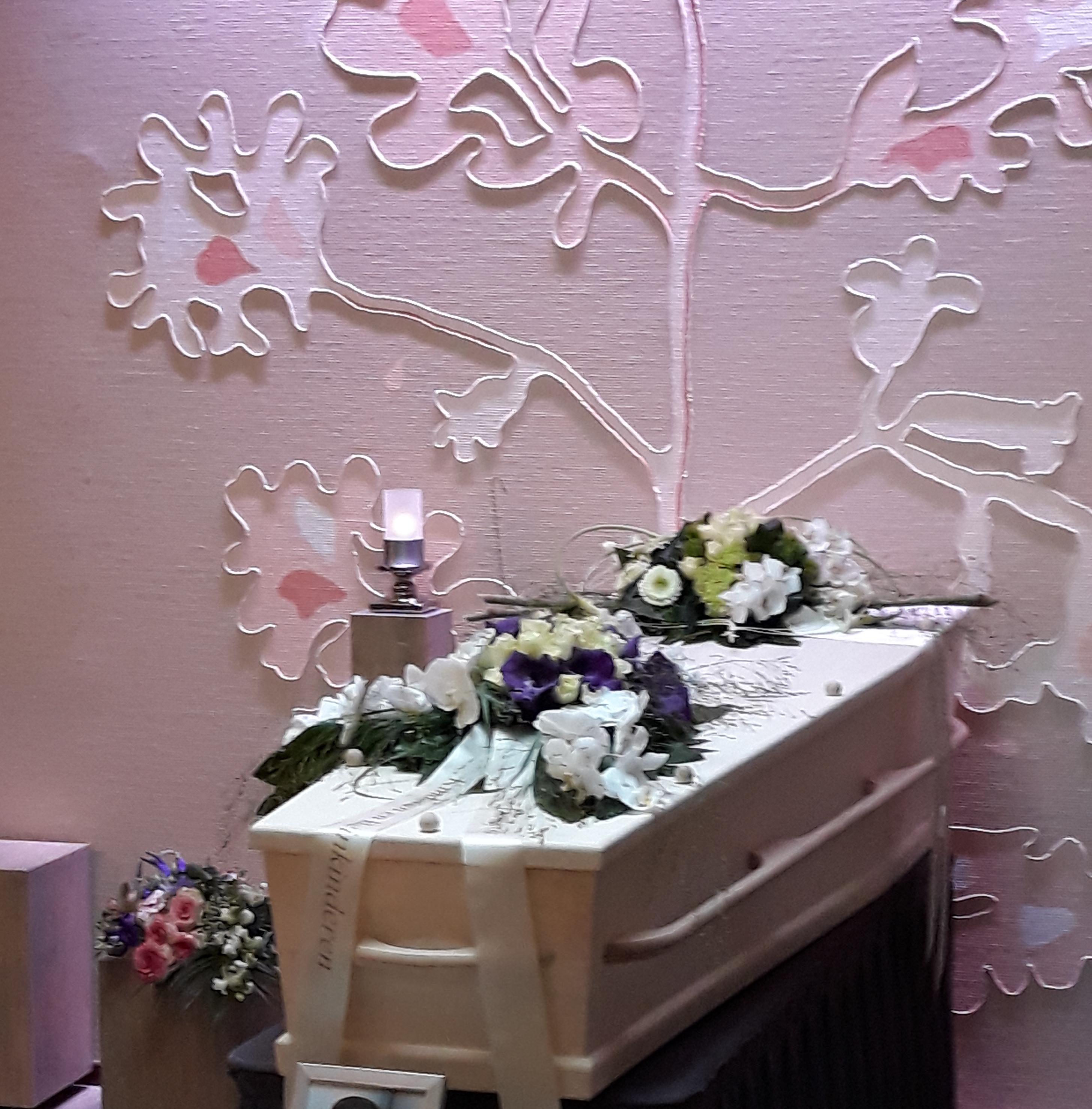 Populieren kist met paars-witte rouwstukken