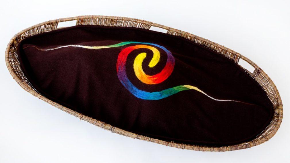 Diosa-uitvaartmand-en-bruine-Manta-Redonda-wade-met-regenboog-spiraal-Atelier-Alewijn